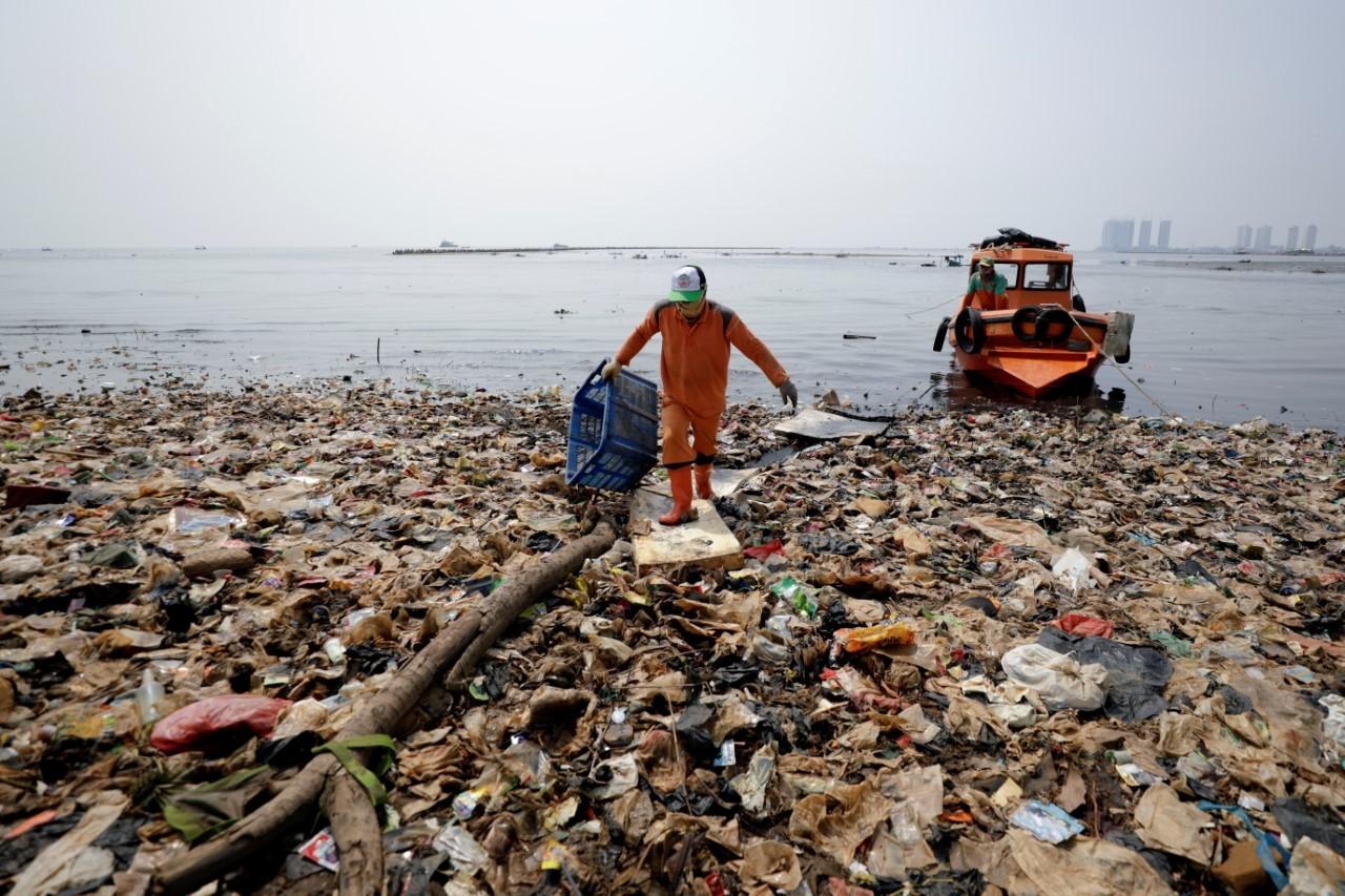 Recogida de basura en la costa de Yakarta, Indonesia
