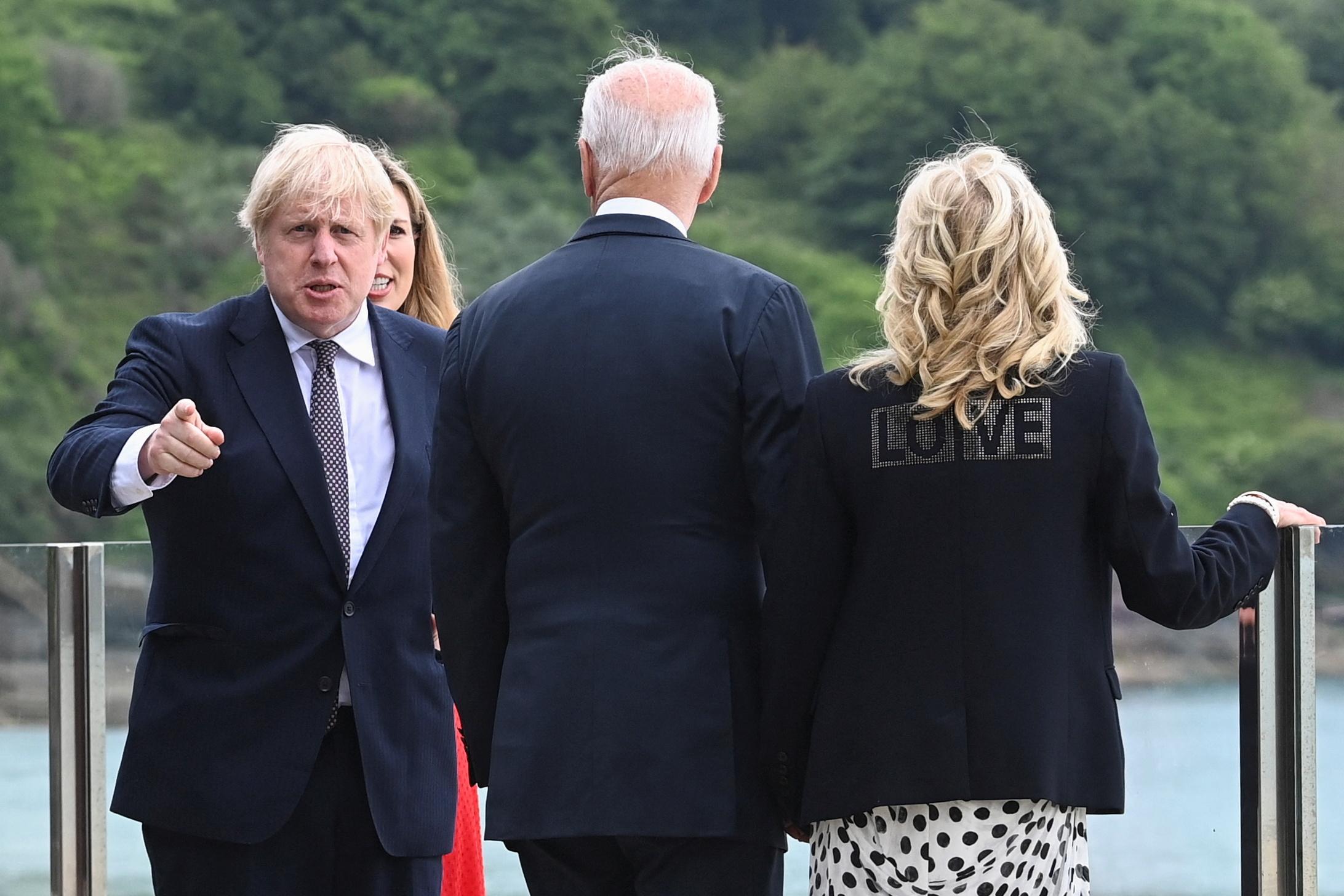 Joe y Jill Biden (derecha) junto a Boris Johnson y su mujer, Carrie, este jueves.