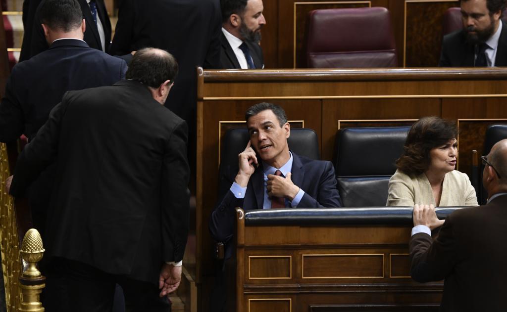 Oriol Junqueras, de espaldas, conversa con Pedro Sánchez en 2019.