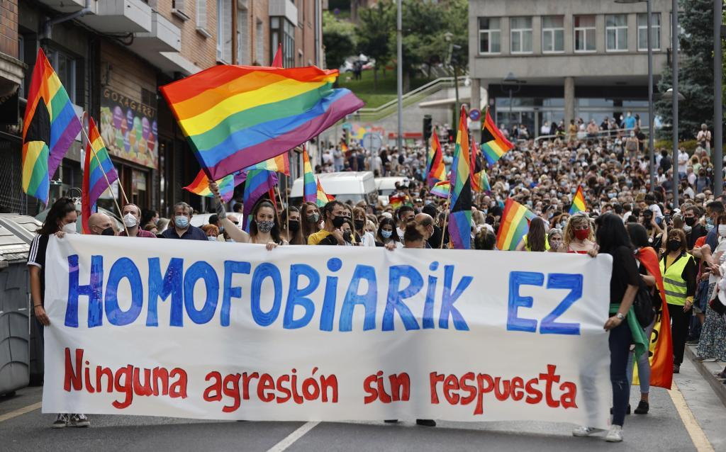 La manifestación convocó a más de 2.000 personas que finalizaron la marcha en el parque en el que se produjo la agresión el pasado sábado.