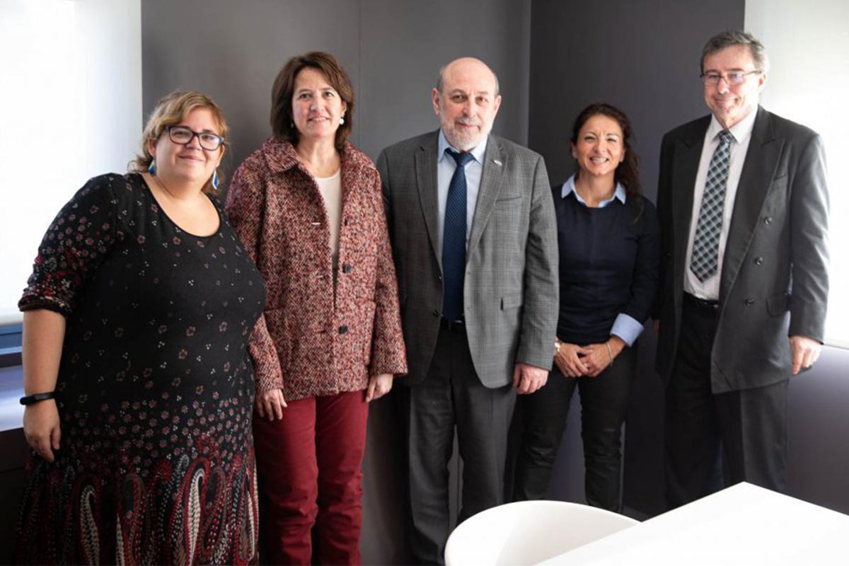 Boriss Cilevics (en el centro), con miembros de la Asamblea Nacional Catalana, entre ellos Elisenda Paluzie (de rojo), el año pasado en Barcelona.