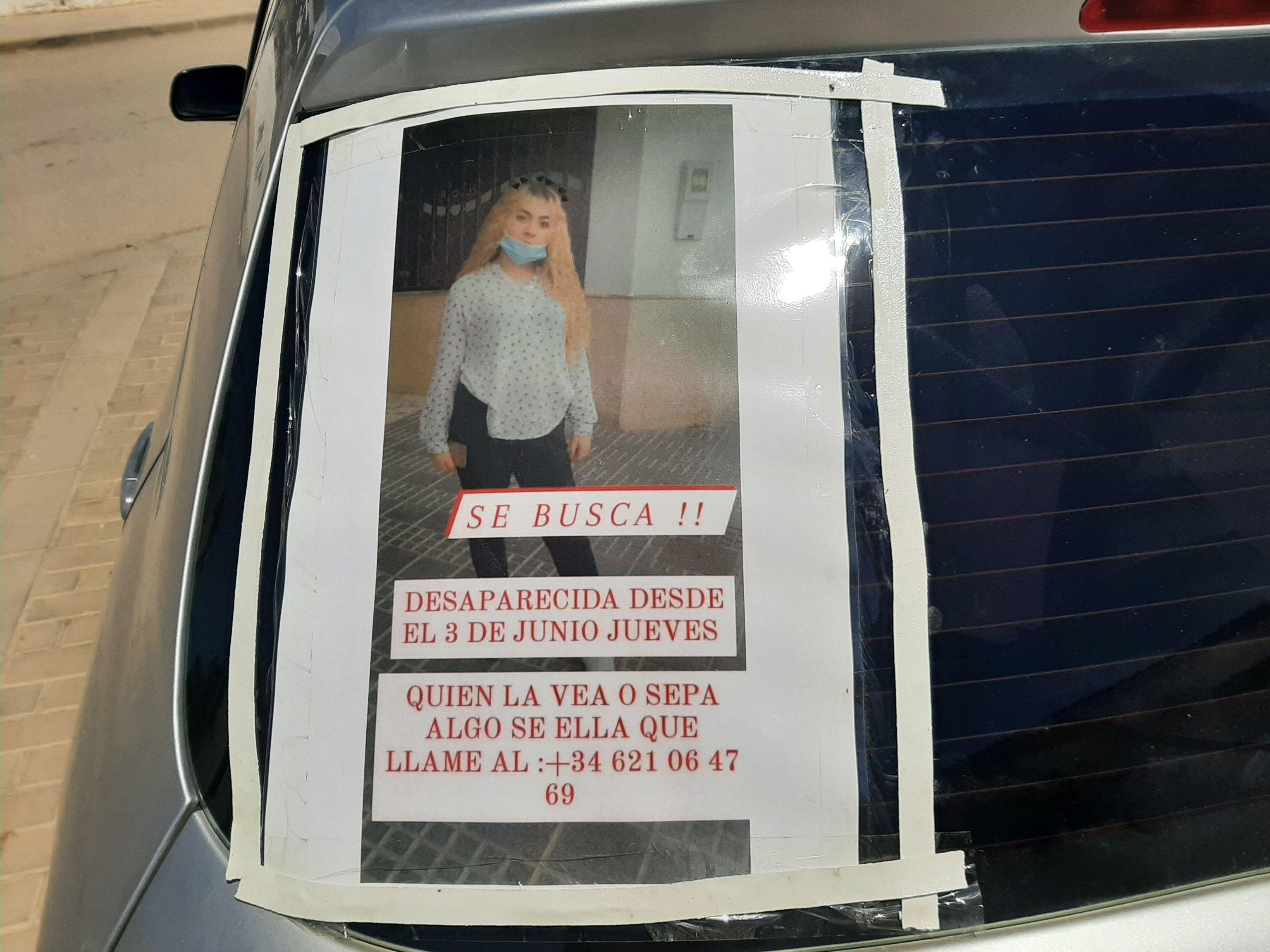 Uno de los carteles pegados a un coche con la fotografía de la joven de 17 años Rocío Caíz, desaparecida en Sevilla el pasado 3 de junio.