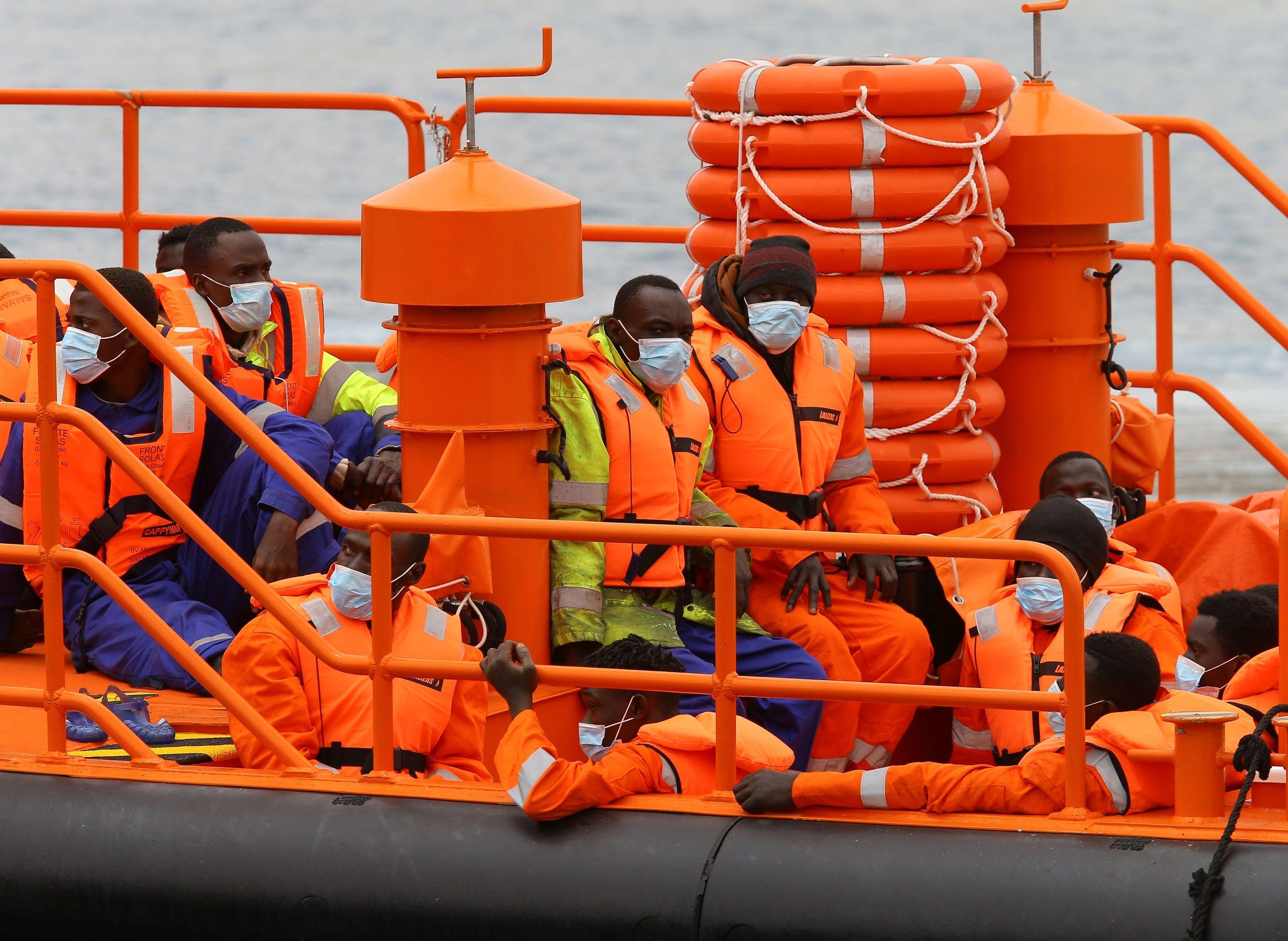 Una embarcación de Salvamento Marítimo ha trasladado este martes al puerto de Arguineguín (Gran Canaria) a los 25 inmigrantes de origen subsahariano, todos varones, rescatados de una  lt;HIT gt;patera lt;/HIT gt; el lunes por la noche por el carguero británico M/V Anvil Point a 426 kilómetros de las islas, al oeste de Dajla (Sahara).