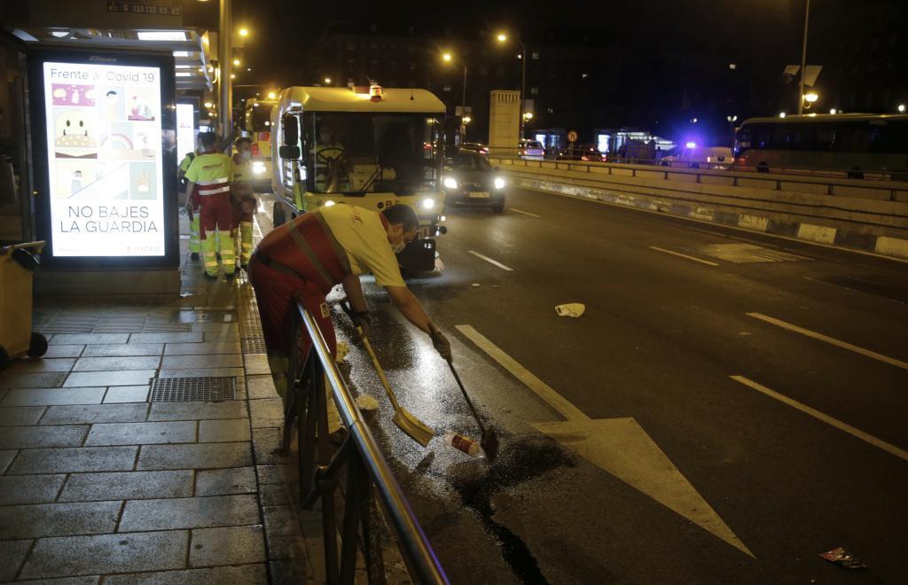 Operarios de limpieza junto al intercambiador de Moncloa donde se produjo el atraco