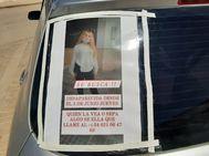 Uno de los carteles pegados a un coche con la fotografía de la joven de 17 años Rocío Caíz, desaparecida desde que el pasado jueves 3 de junio cogiera un taxi en el domicilio de sus padres en Martín de la Jara (Sevilla).