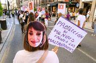 Una manifestación convocada hoy lunes por el movimiento feminista de Granada ha recorrido las calles de la capital, reclamando el indulto para Juana Rivas, a quien un juez ha ordenado su ingreso en prisión tras ser condenada a dos años y medio por la sustracción de sus dos hijos menores