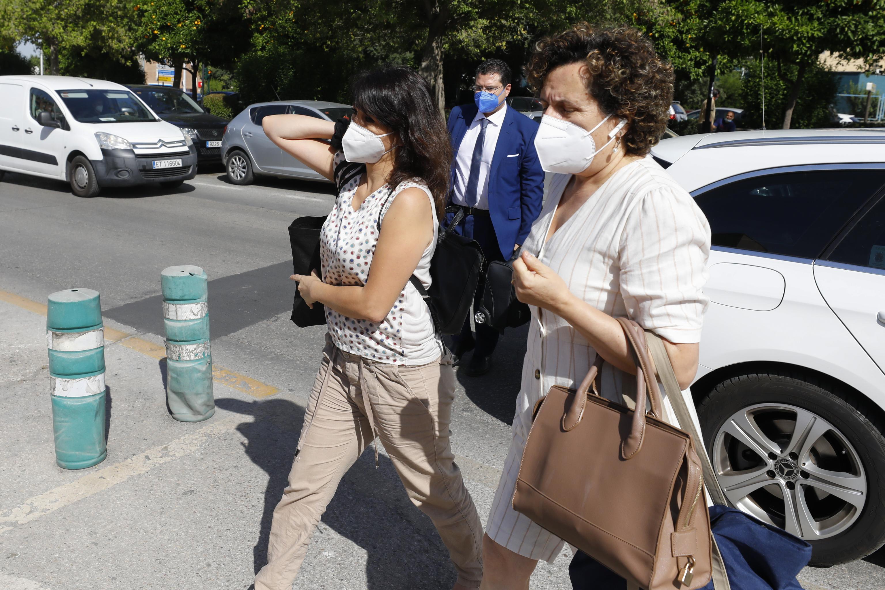 Juana Rivas acude al Centro de Inserción Social Matilde Cantos, en Granada, acompañada de sus abogados para entregarse voluntariamente en prisión.