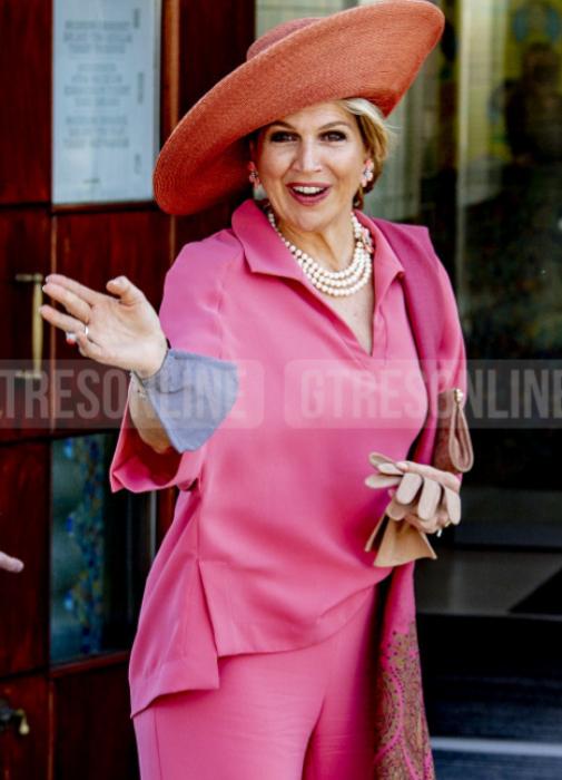 La reina Máxima de rosa