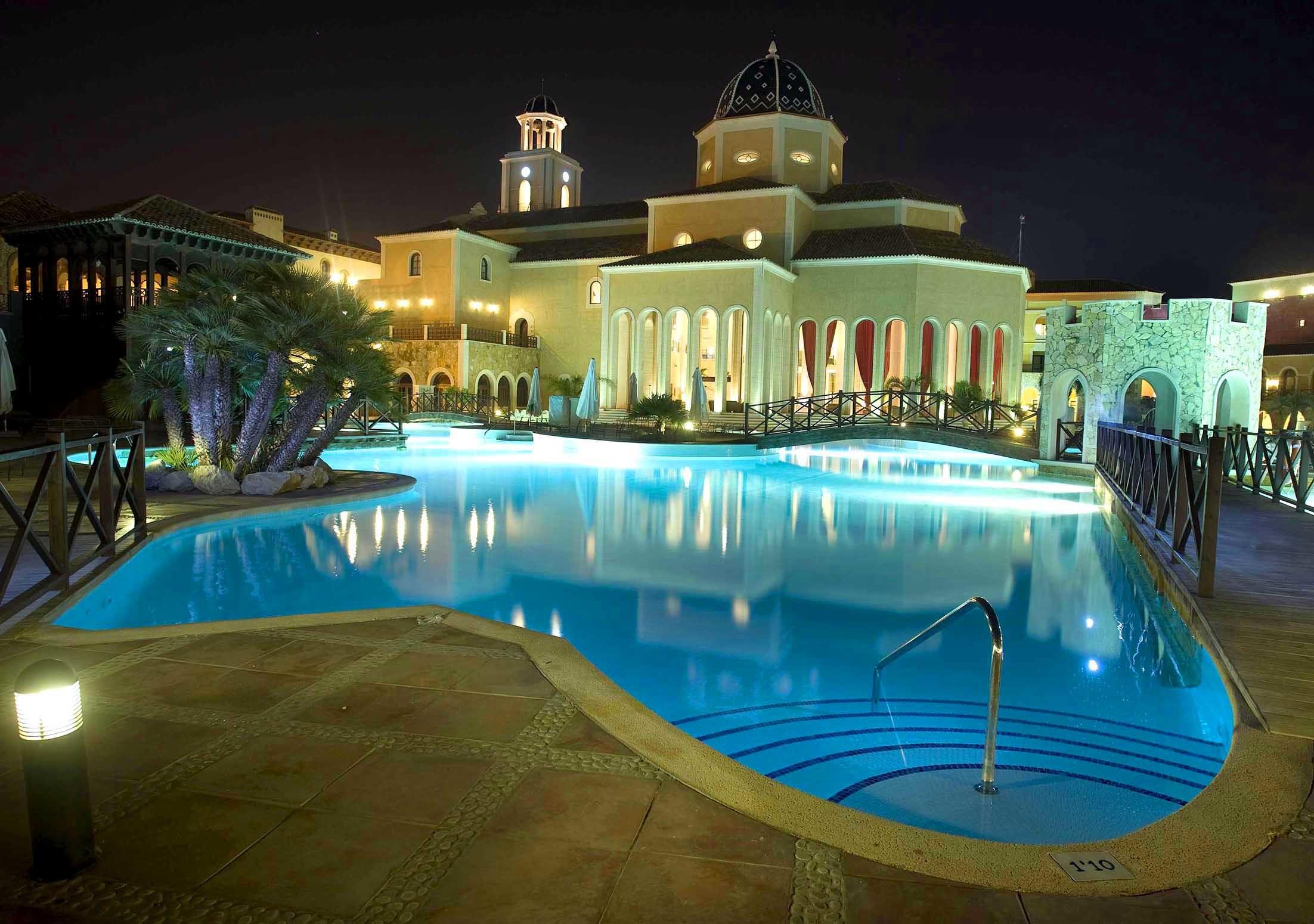 Instalaciones exteriores iluminadas de un hotel de cinco estrellas.