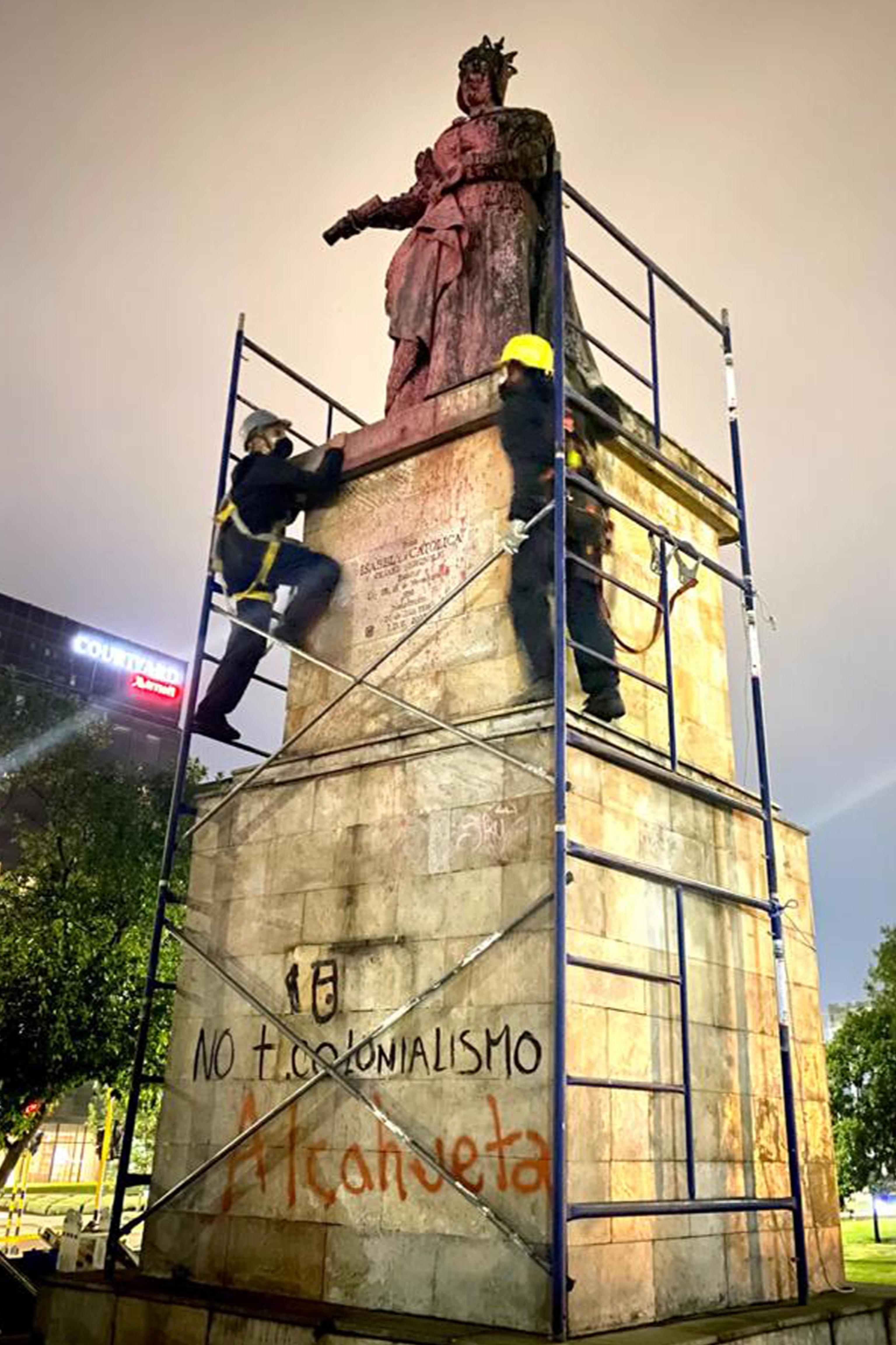 Colombia retira las estatuas de Colón e Isabel la Católica