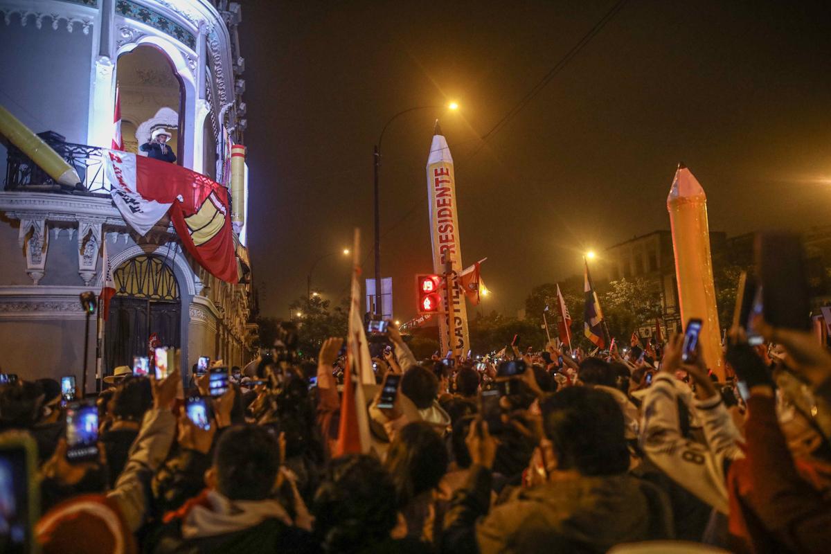 Pedro Castillo saluda a sus seguidores, en Lima
