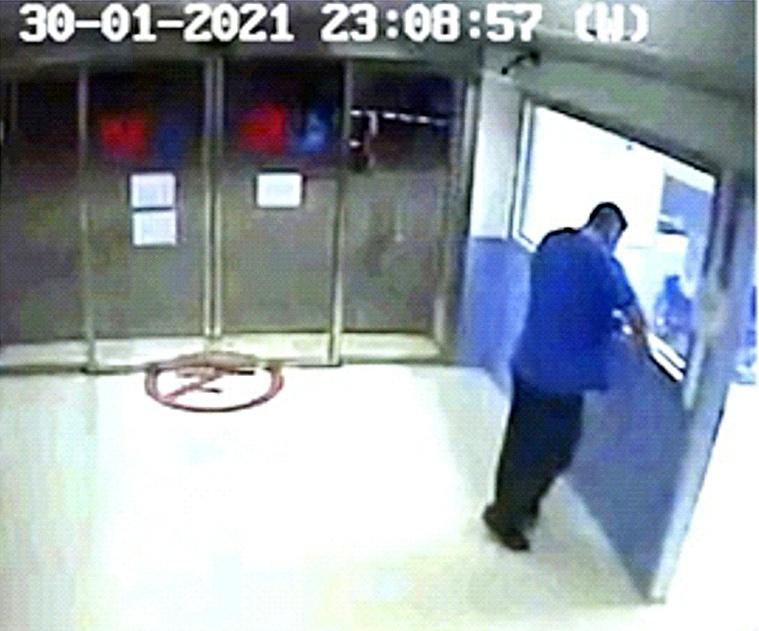 Emilio en la puerta de Urgencias en una imagen tomada por las cámaras de seguridad del Hospital.