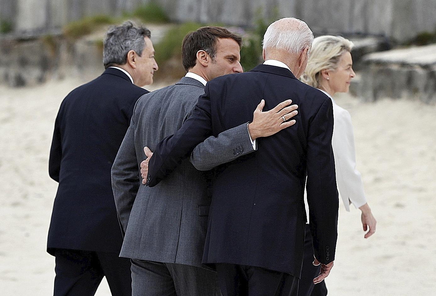 Emmanuel Macron y Joe Biden se abrazan en la cumbre del G-7.