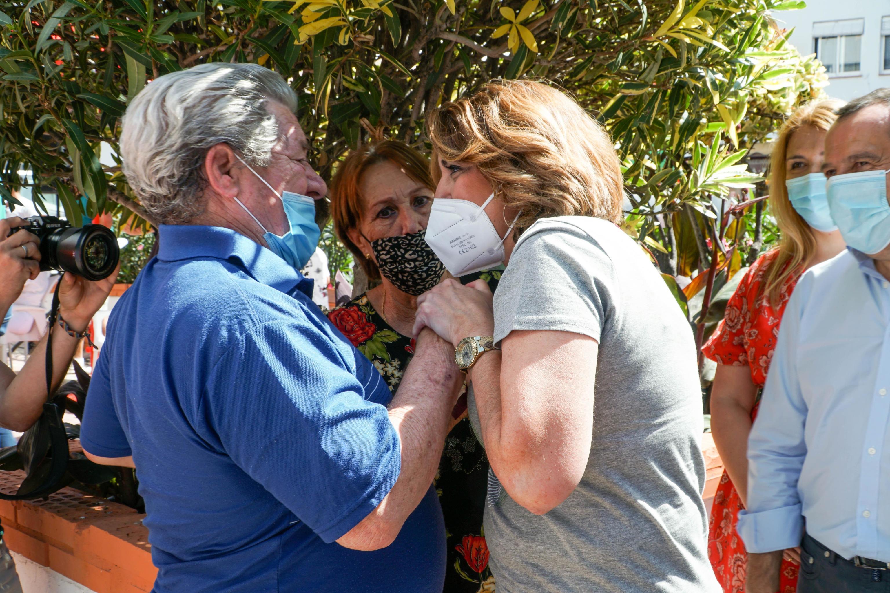 Susana Díaz saluda a dos vecinas de Marbella.