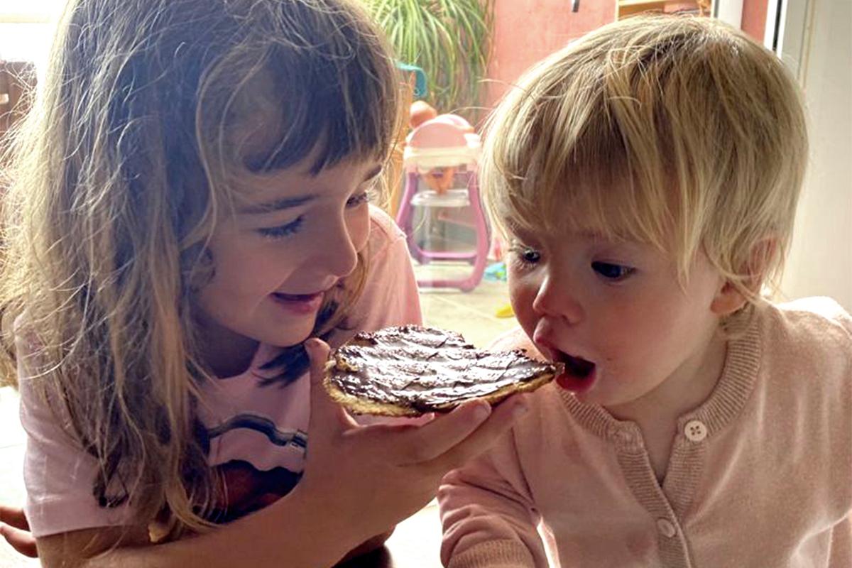 Olivia, de seis años, con su hermana Anna.