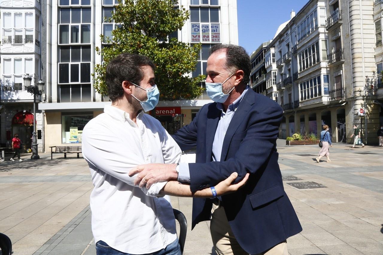 El presidente del PP Carlos Iturgaiz saluda al ex edil Iñaki García Calvo que fue agredido en el Casco Viejo de Vitoria.