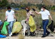 La Reina Sofía participa en una recogida de basura