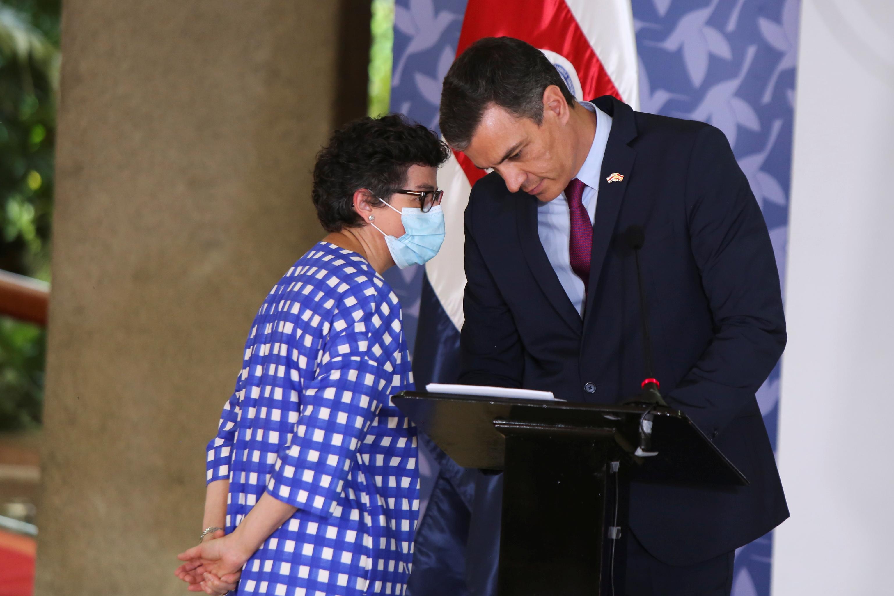 Pedro Sánchez escucha a la ministra Arancha González Laya.