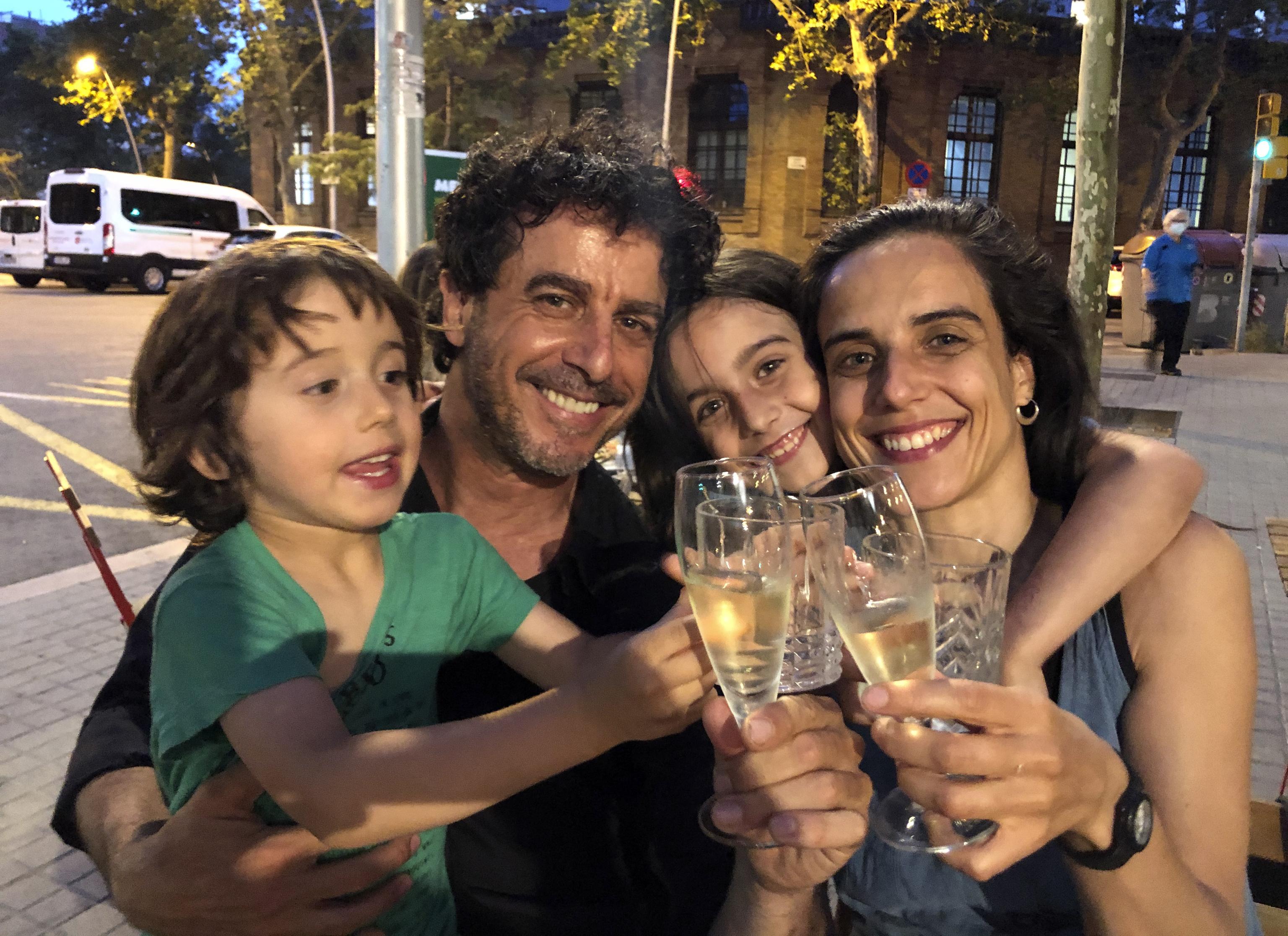 El fotógrafo, con su mujer y sus hijos, celebrando el premio.
