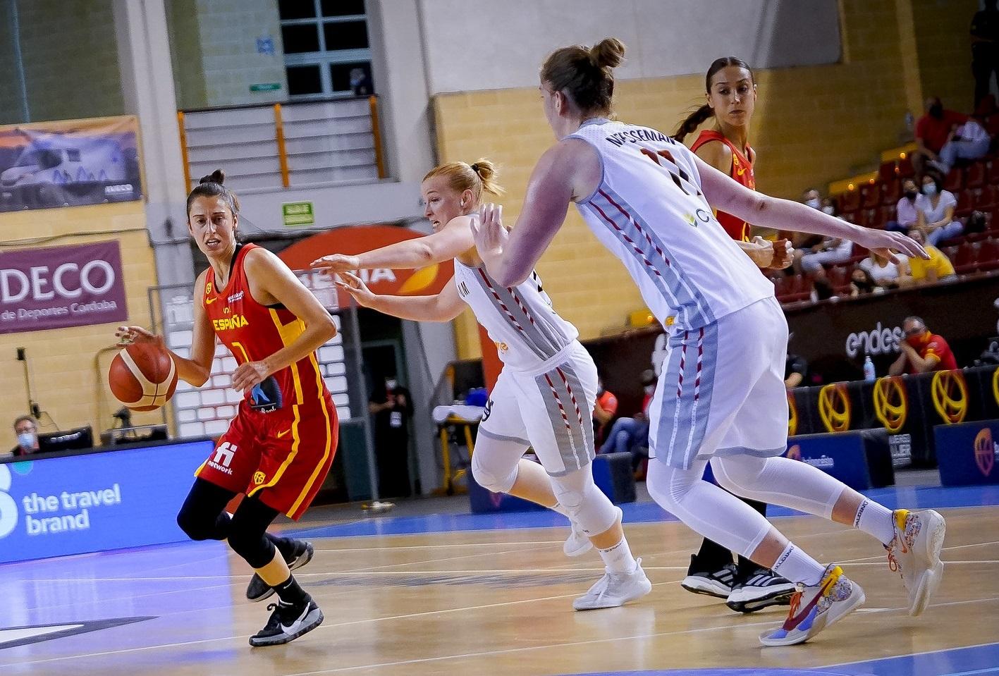Alba Torrens y Tamara Abalde, durante un partido reciente de la selección.