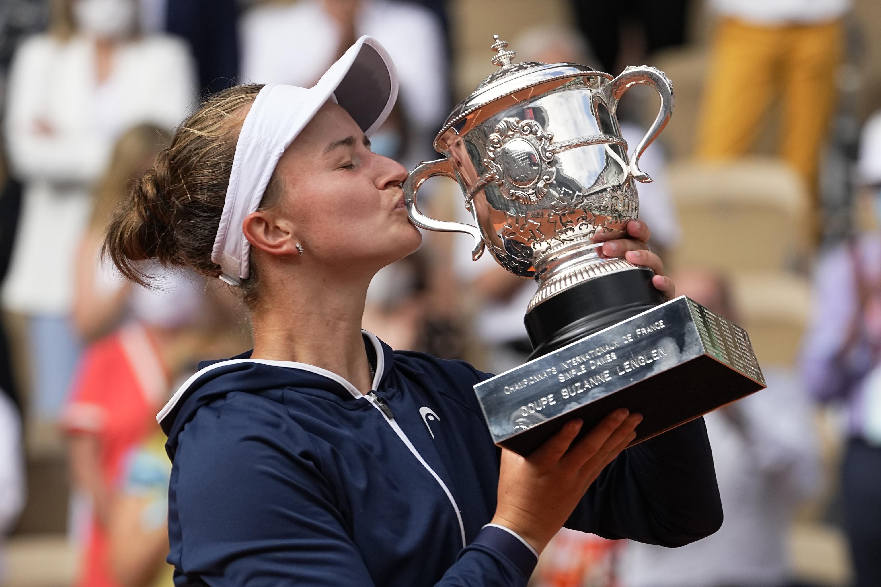 Krejcikova besa la copa de campeona.