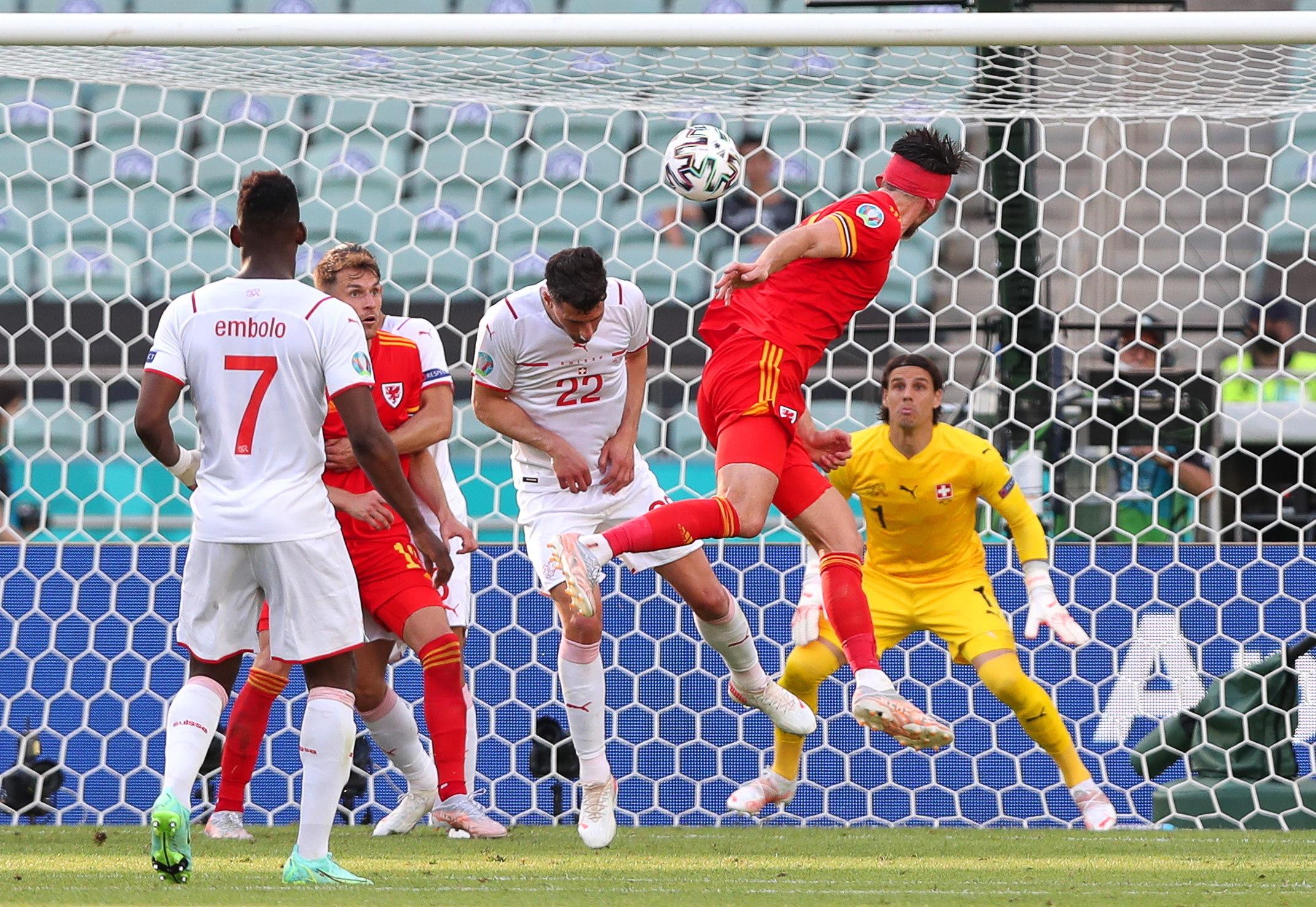 Moore logra de cabeza el empate para Gales.