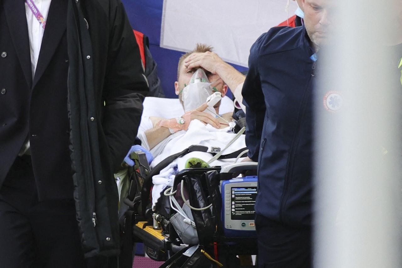 Eriksen, consciente, al ser retirado en la camilla.