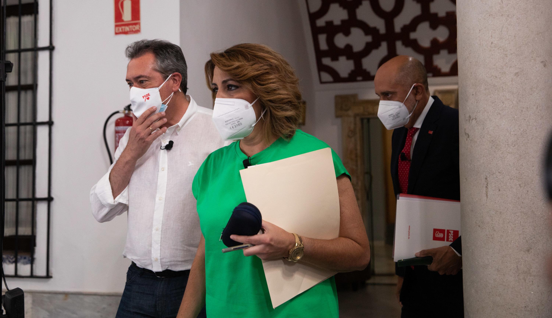 Juan Espadas, Susana Díaz y Luis Ángel Hierro, minutos antes del debate celebrado este martes en la sede del PSOE andaluz.