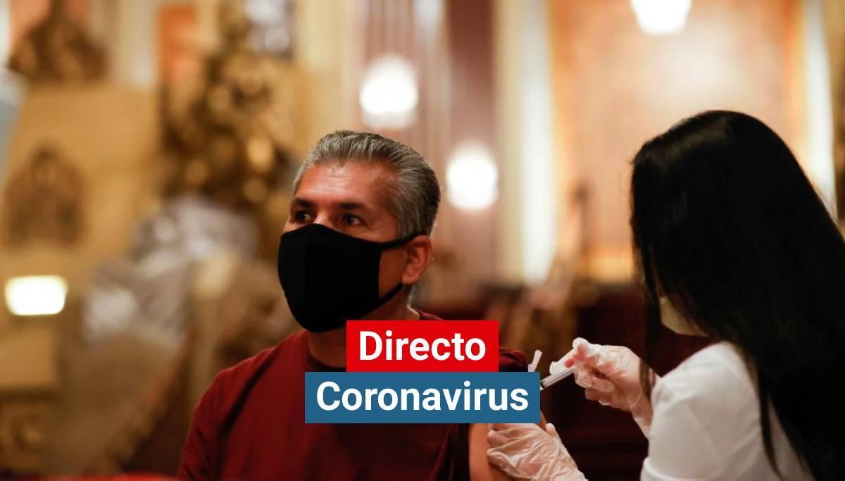 Una sanitaria vacuna a un hombre contra el coronavirus.