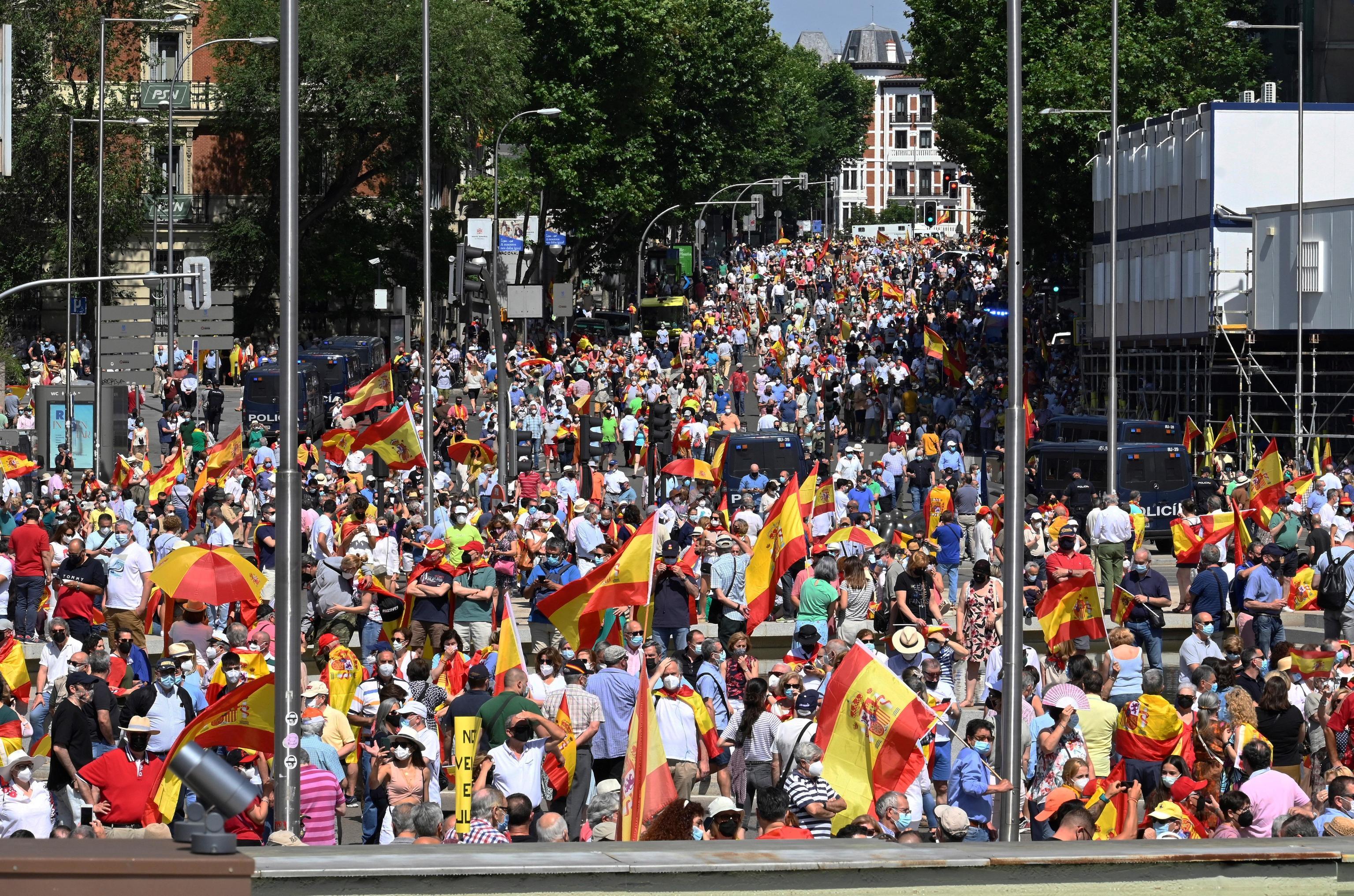La multitud congregada en Colón y las calles cercanas contra los indultos.