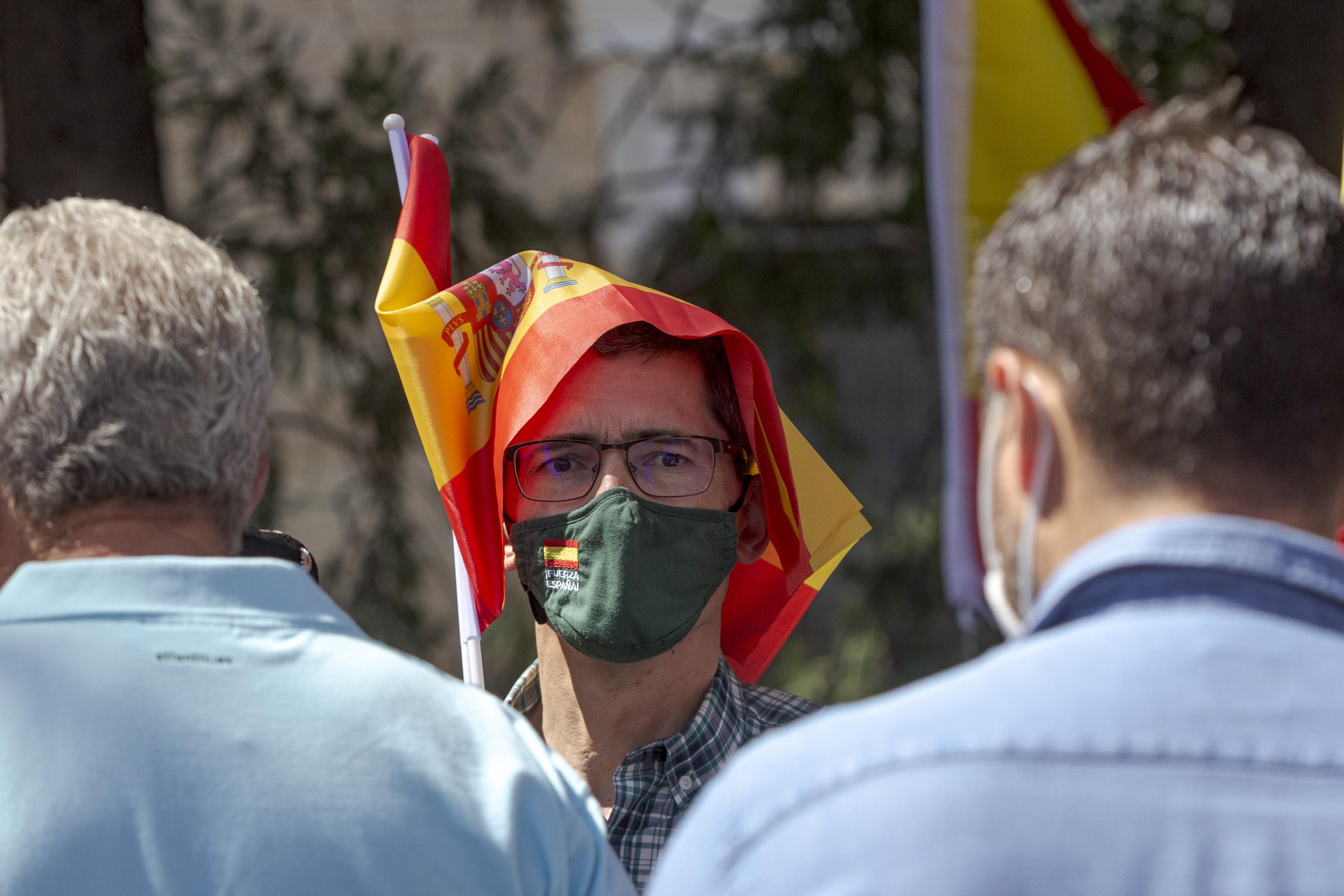 Manifestantes convocados por Unión 78 contra los indultos a los líderes del 1-O.