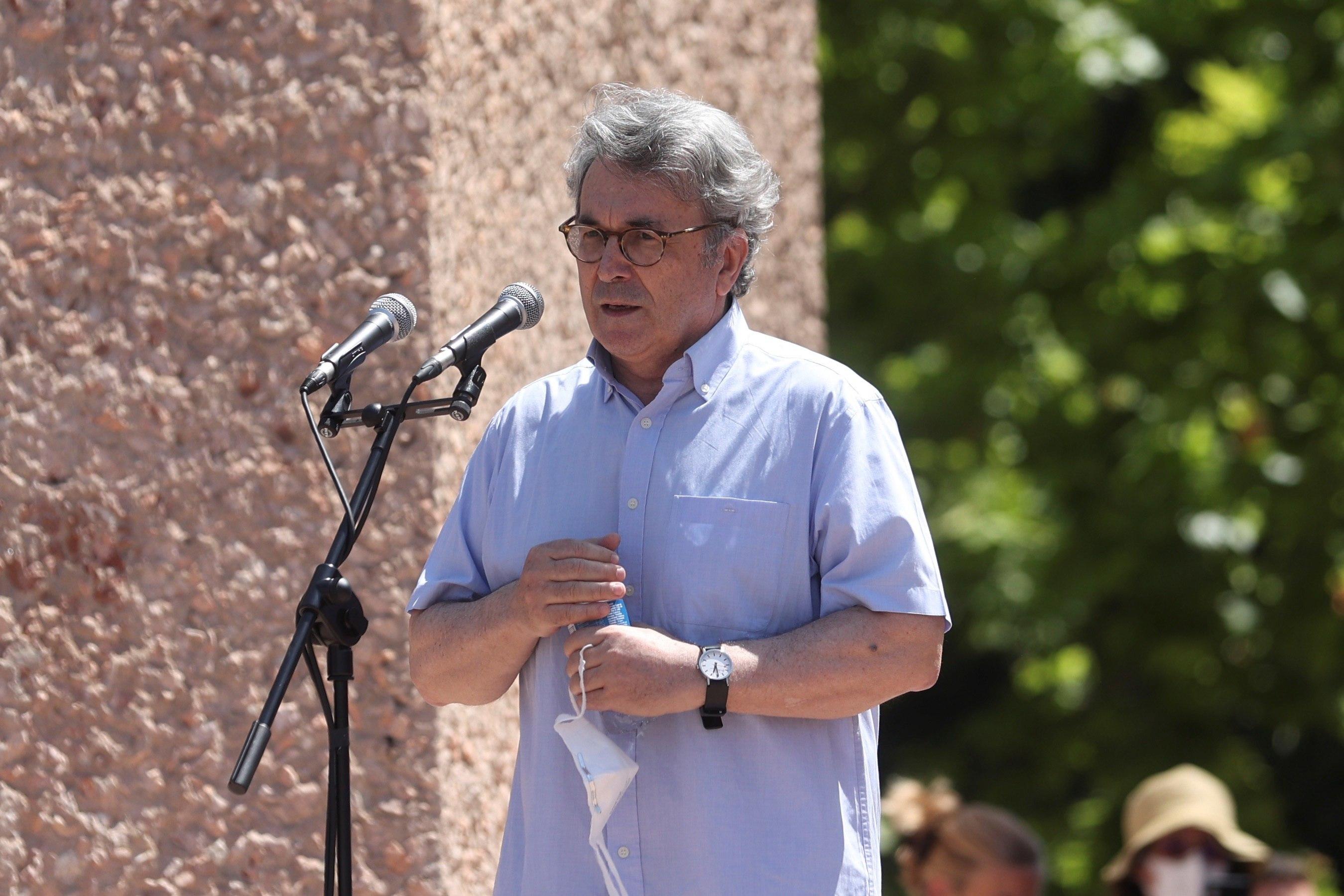 El escritor Andrés Trapiello interviene en la concentración.