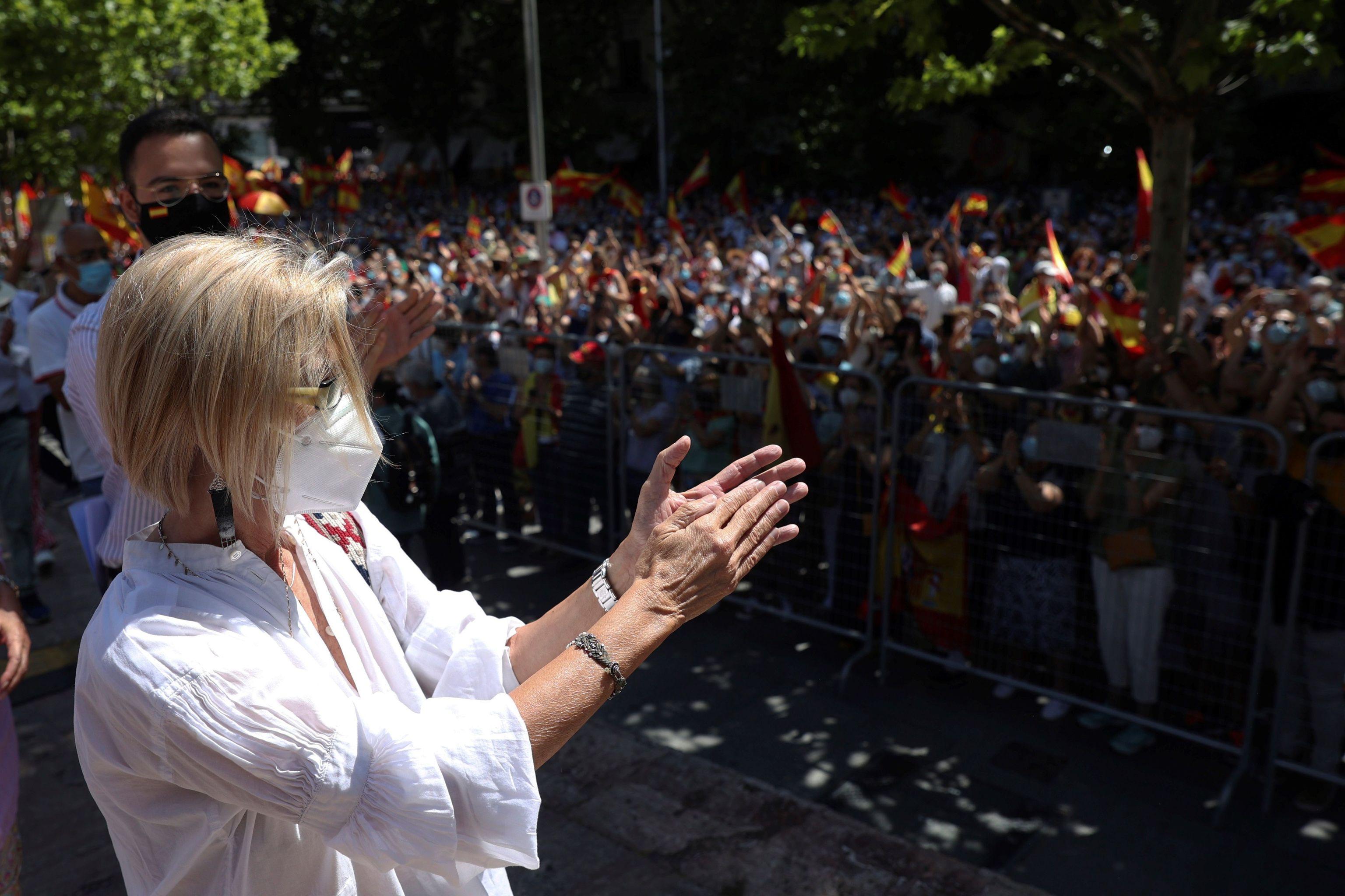 Rosa Díez saluda a los asistentes a la manifestación de Colón.