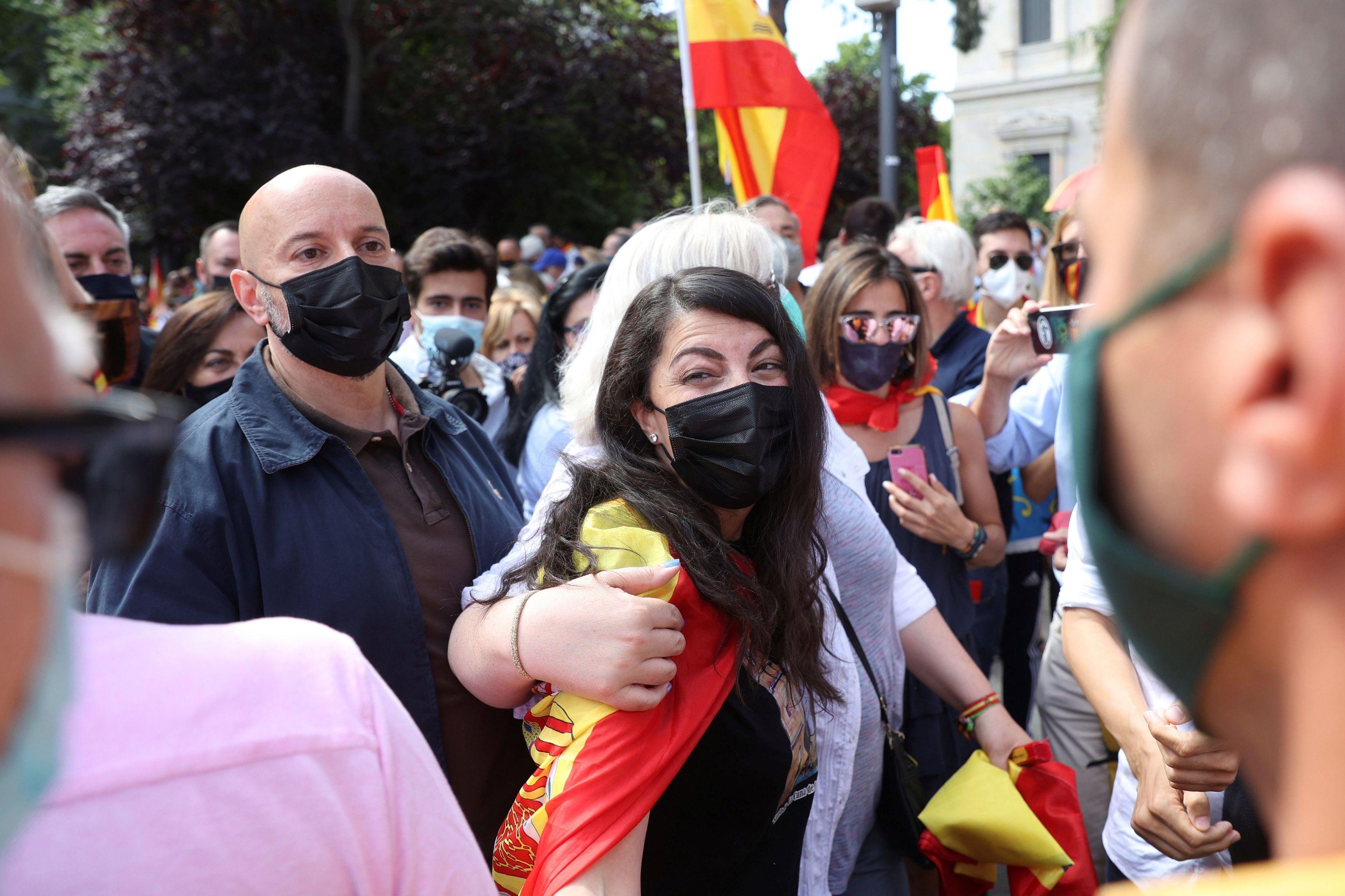 Macarena Olona, jaleada por los manifestantes en Colón.