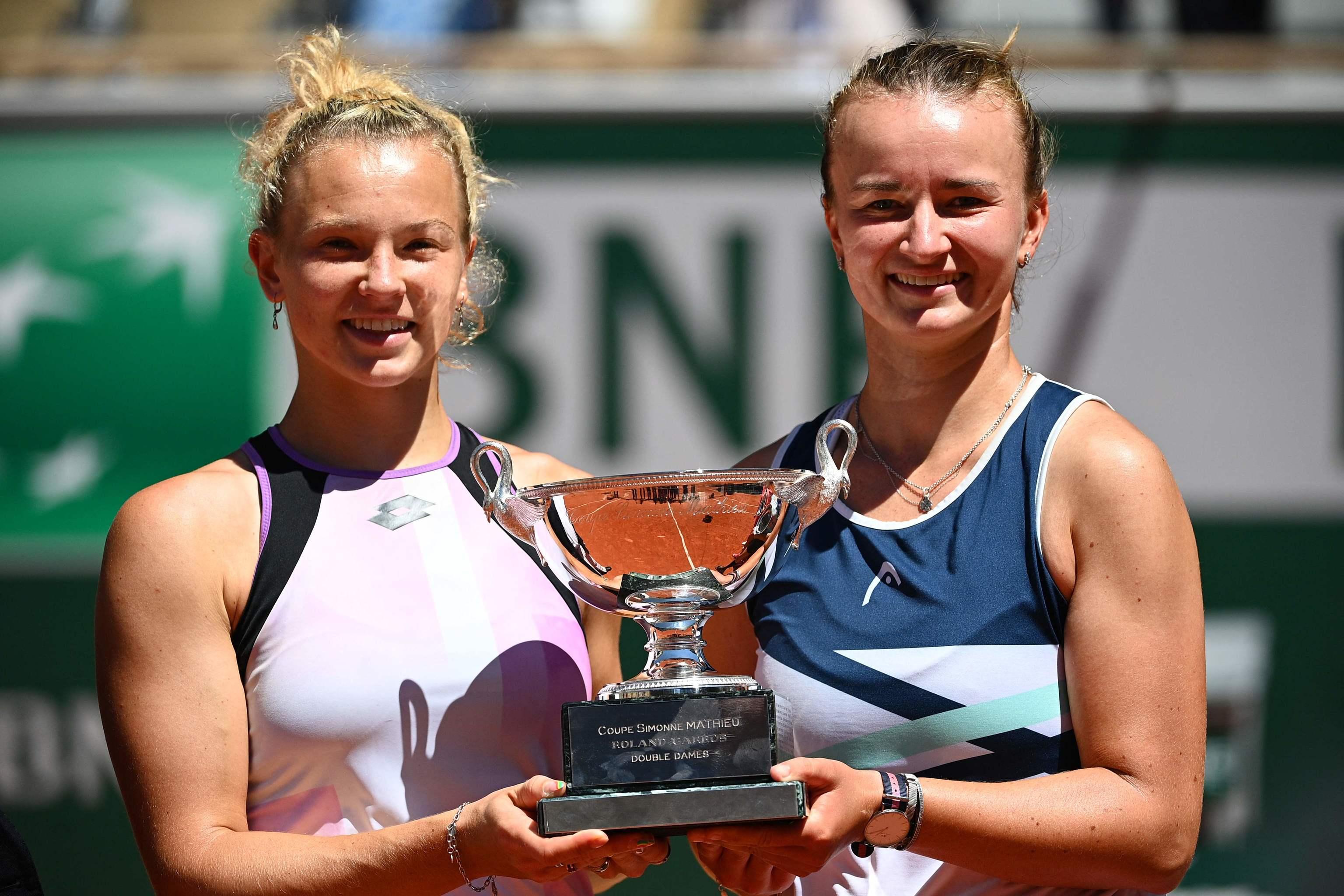 Barbora  Krejcikova (dcha) y Katerina Siniakova, tras la victoria.