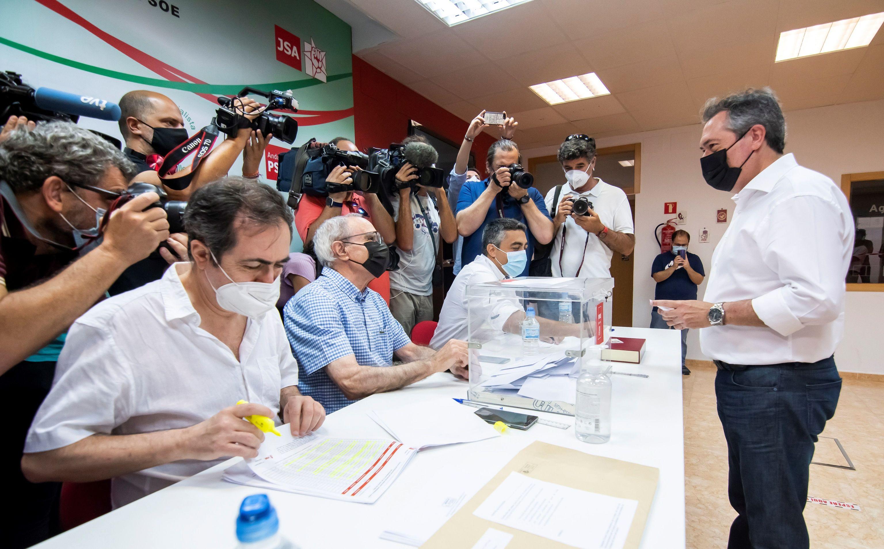 Juan Espadas, votando en la sede de la Agrupación Local Centro de Sevilla.