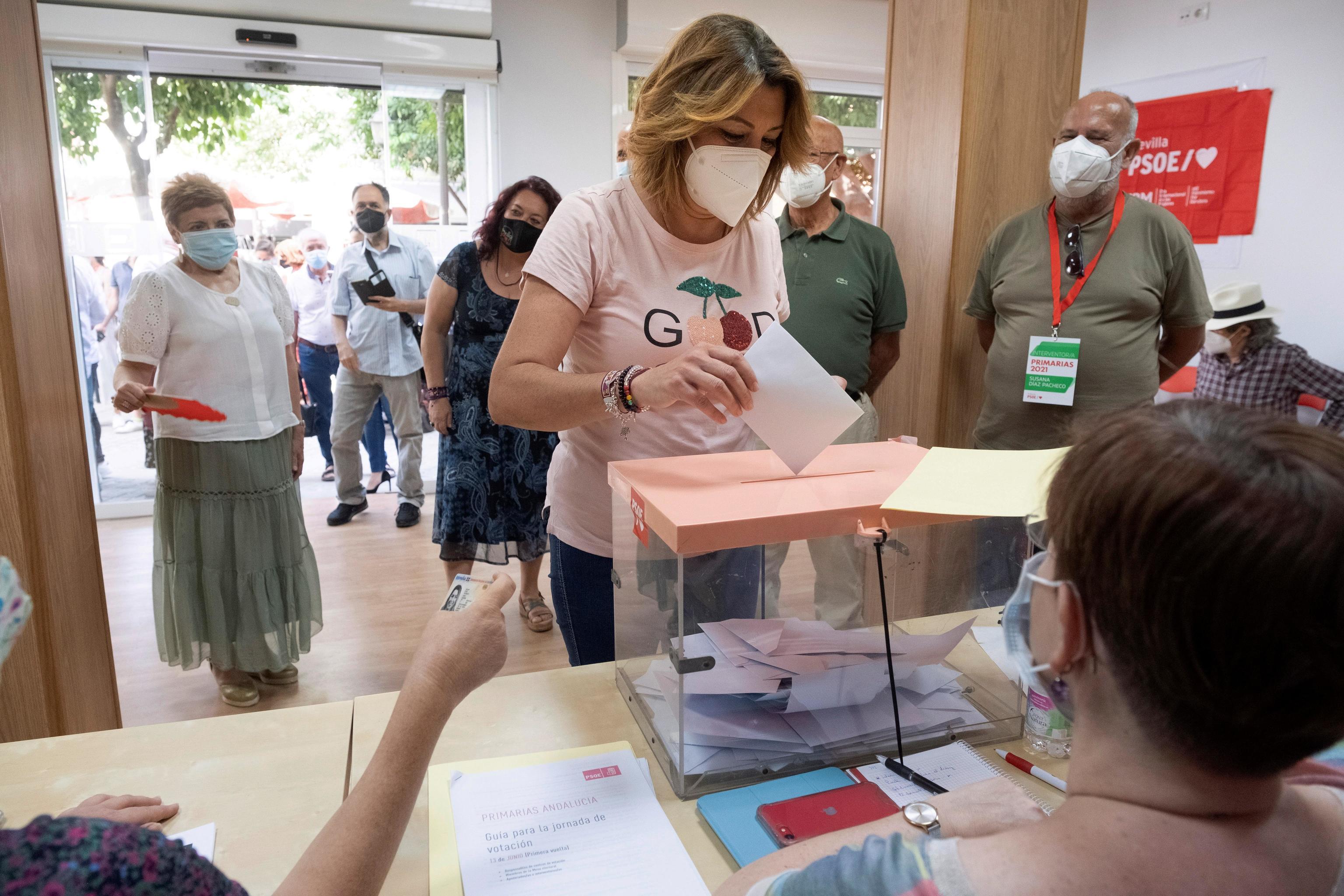 Susana Díaz, votando en la Agrupación de Triana-Los Remedios.