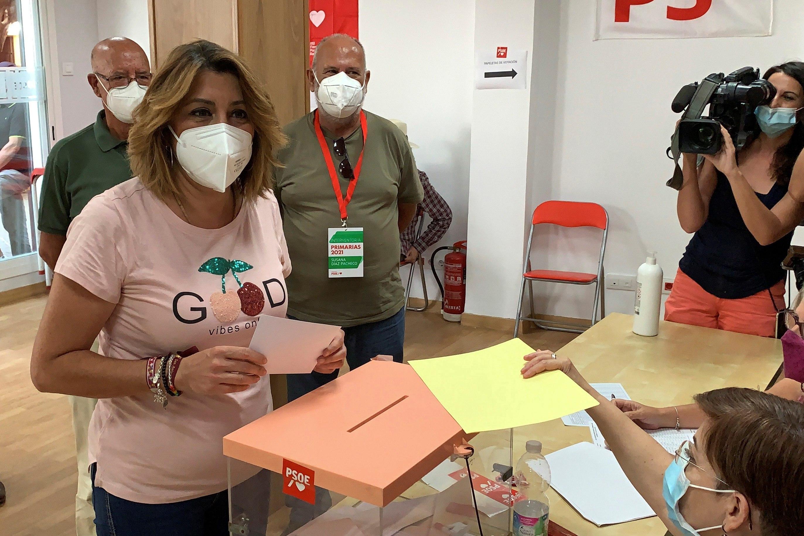 Susana Díaz vota en la Agrupación Socialista Triana-Los Remedios.
