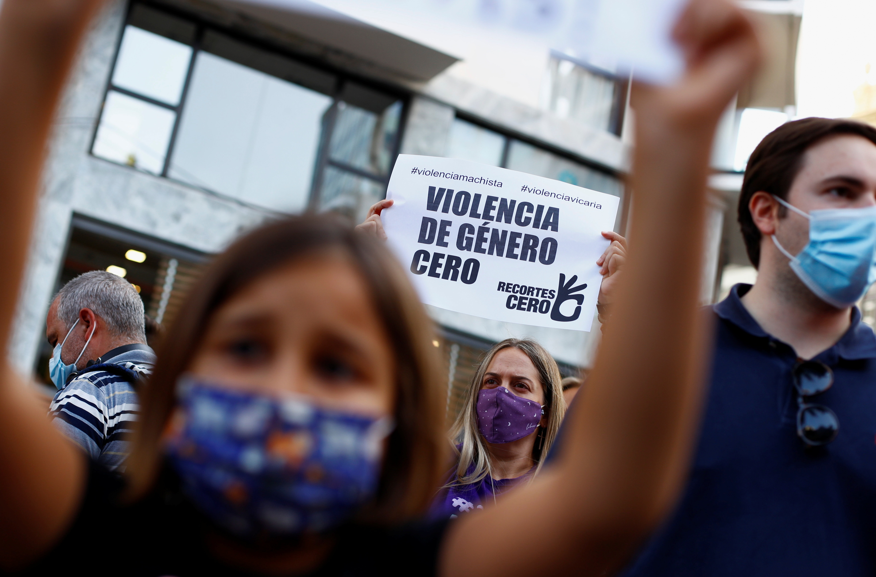 Manifestantes contra la violencia de género tras el suceso de Tenerife.