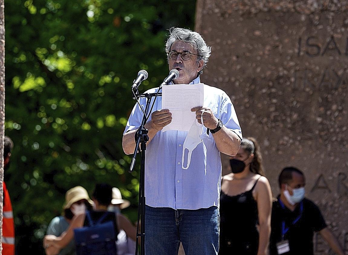 El escritor Andrés Trapiello, ayer, interviniendo en la concentración de la plaza de Colón.