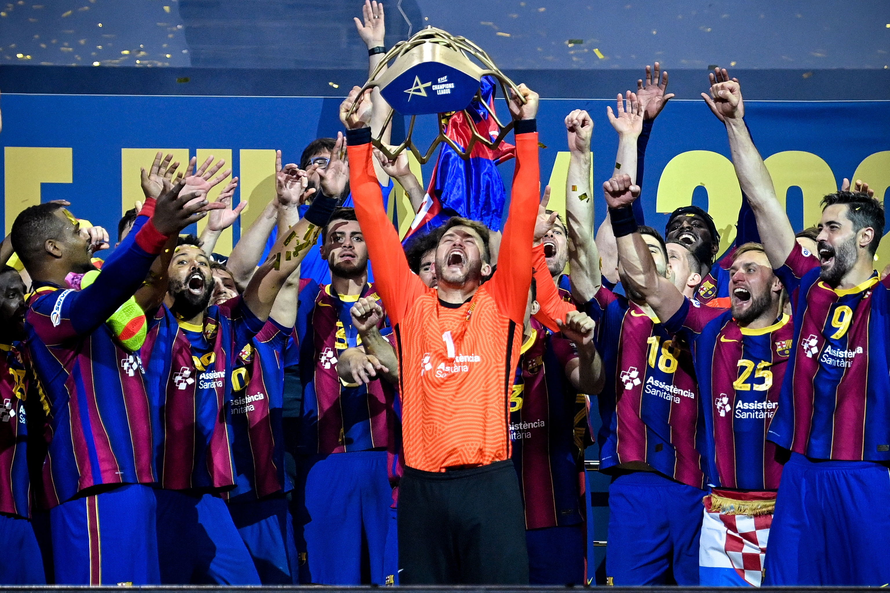 Pérez de Vargas alza el trofeo de la Champions en Colonia.