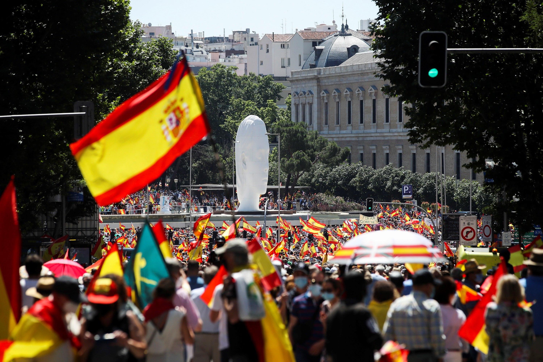 Miles de manifestantes durante la concentración convocada por la plataforma Unión 78, este domingo, en la  Plaza de Colón de Madrid.