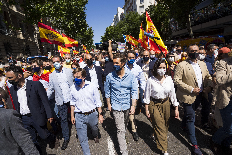 El alcalde Madrid, Jose Luis Martinez-Almeida; el presidente del PP, Pablo Casado; y la presidenta de Madrid, Isabel Diaz Ayuso, caminando hacia Colón.