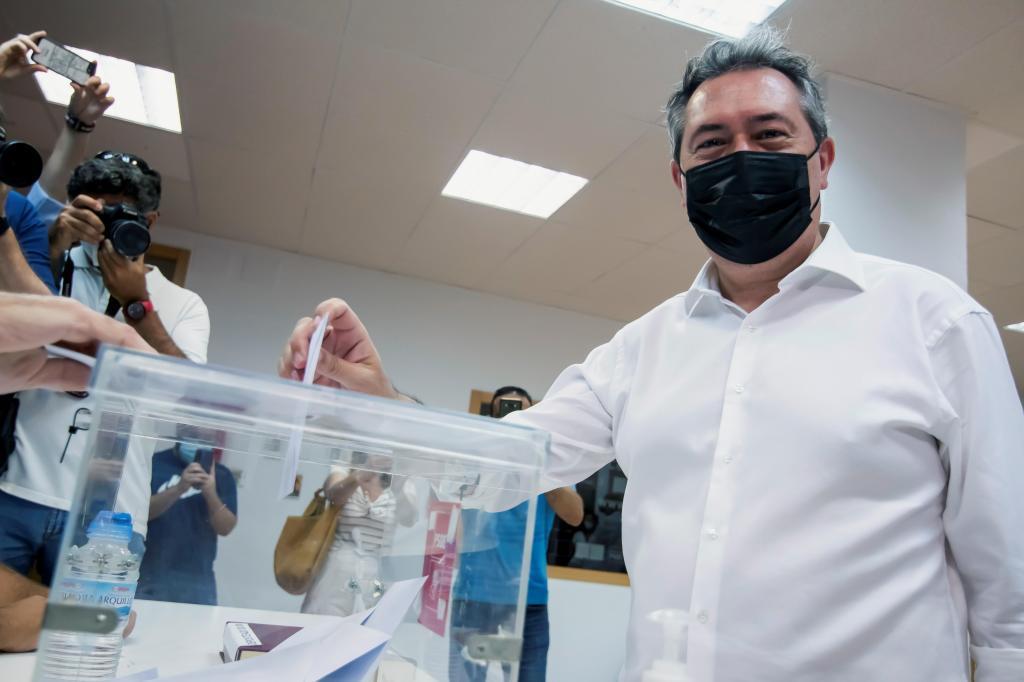 Juan Espadas, votando ayer en la sede de la Agrupación Local Centro de Sevilla.