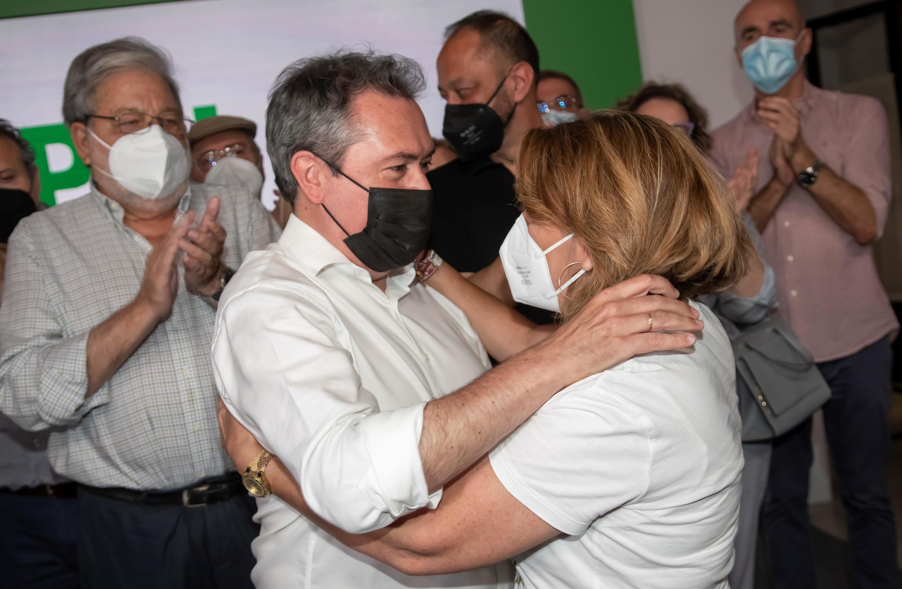 Juan Espadas y Susana Díaz se abrazan, tras conocerse la victoria del alcalde de Sevilla.