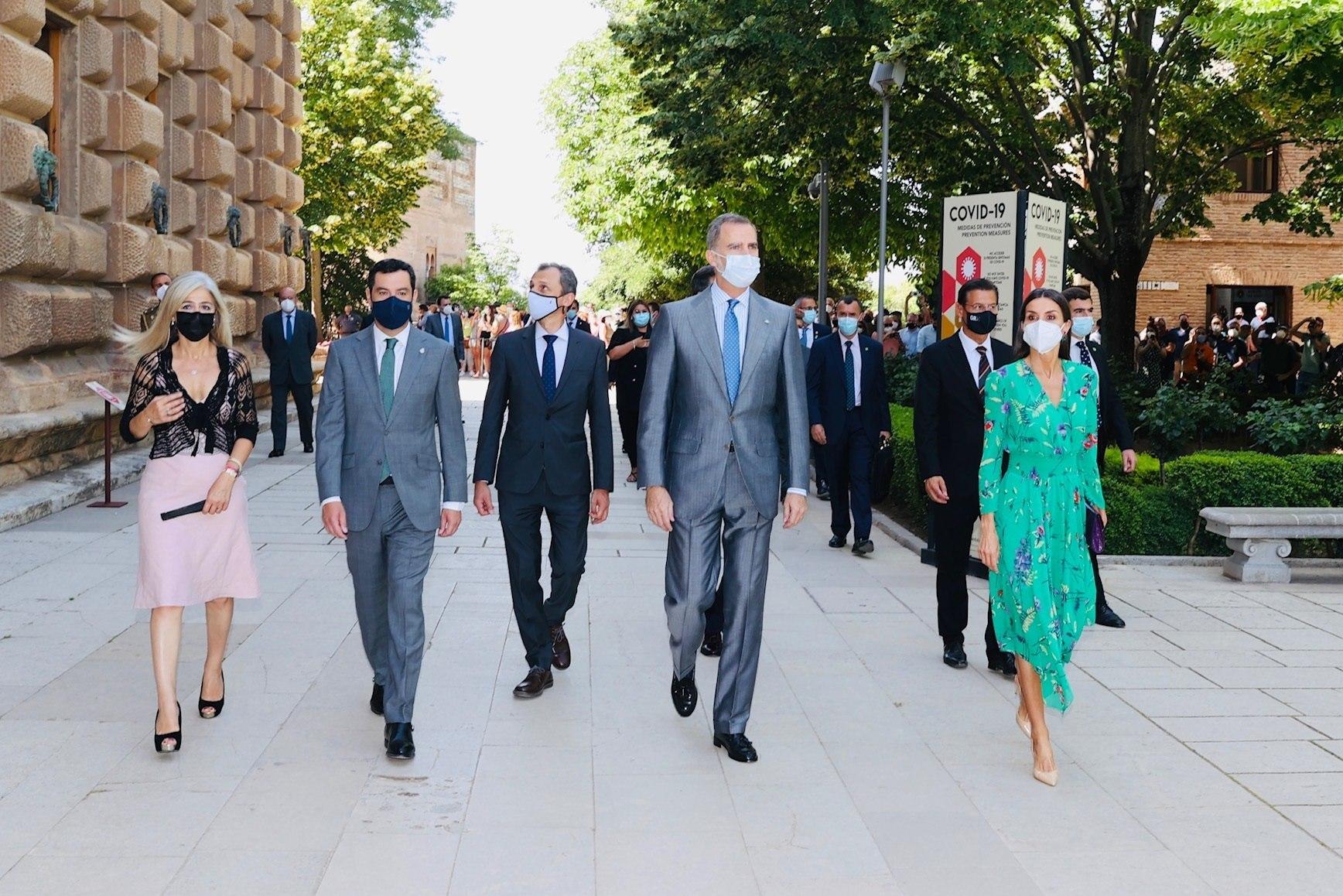 El ministro de Ciencia, Pedro Duque, junto a los Reyes Felipe y Letizia y el presidente de la Junta de Andalucía, Juanma Moreno, en la inauguración de una exposición en Granada