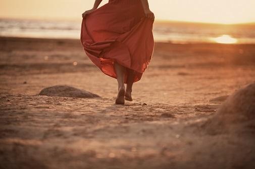Beneficios caminar por la playa quema un 50% más de calorías