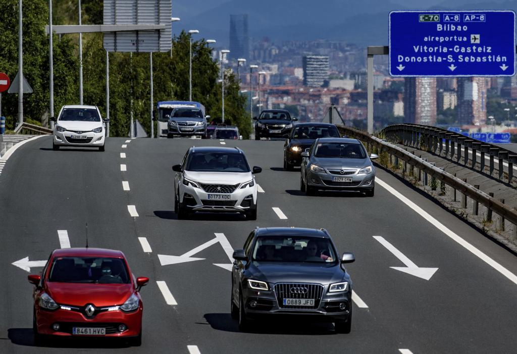 Varios turismos circulan por la AP-8 en los accesos a la capital vizcaína.