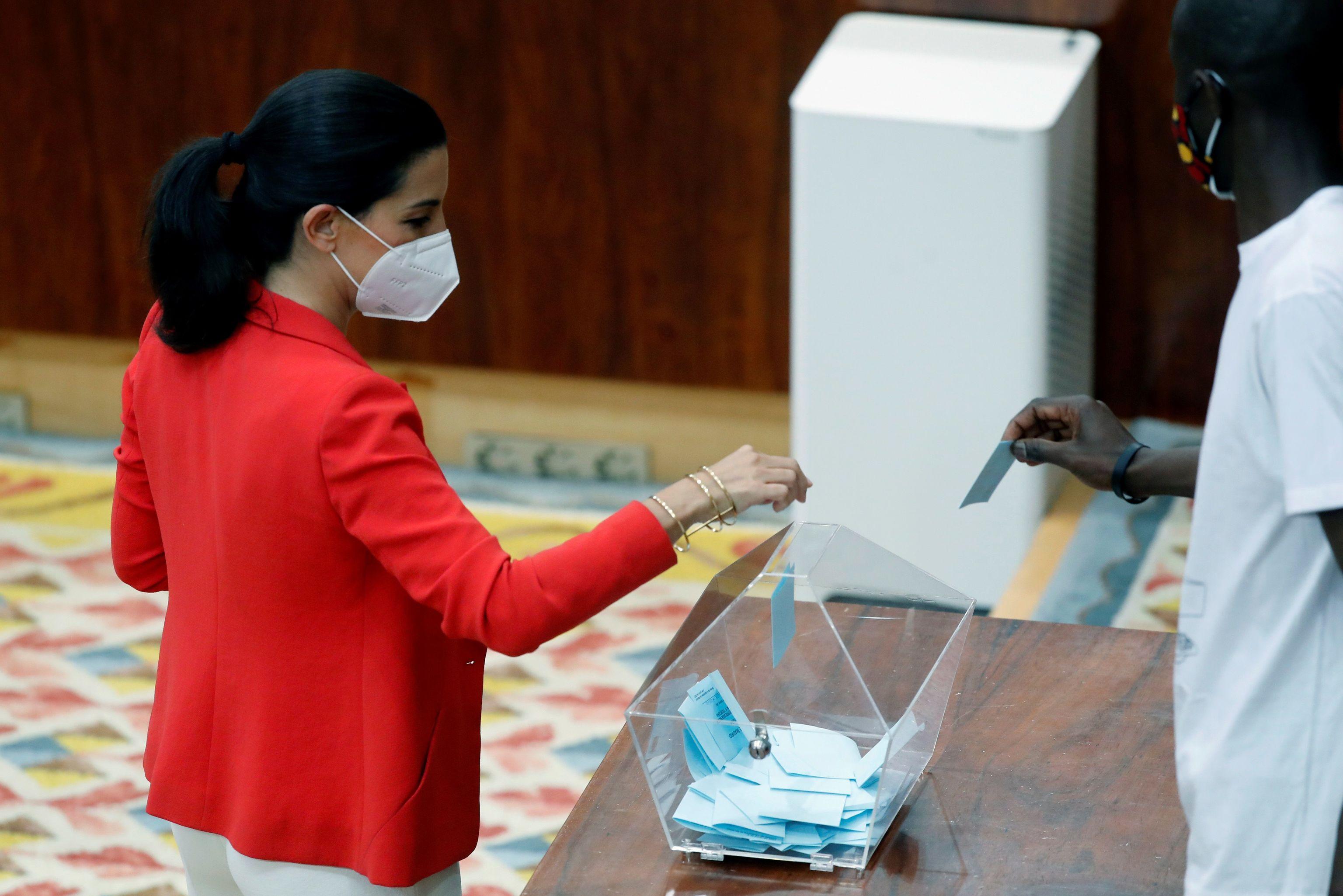 La líder de Vox en Madrid, Rocío Monasterio, votando la pasada semana en la sesión constitutiva de la Asamblea de Madrid.