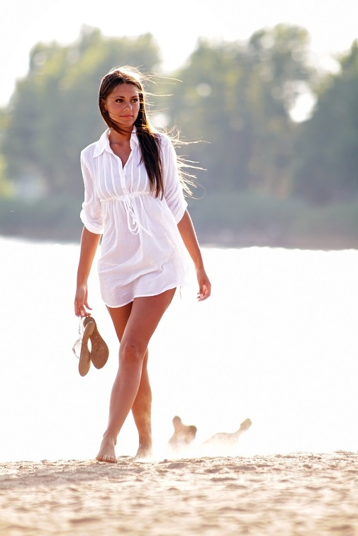 Beneficios de caminar por la playa quema más calorías